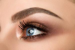 Augenbrauen schneiden